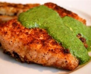 سمك السلمون بالصلصة الخضراء