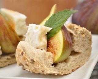الخبز مع الفيتا والتين