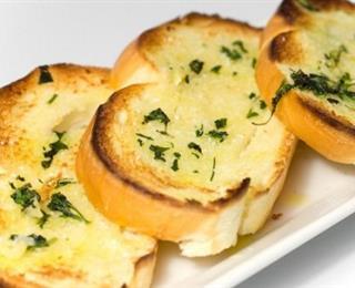 الخبز بالثوم والجبنة