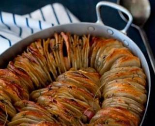 قشور البطاطا مع غموس الكاجون