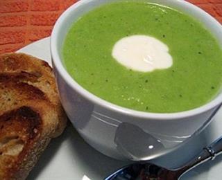 حساء البازيلاء الخضراء