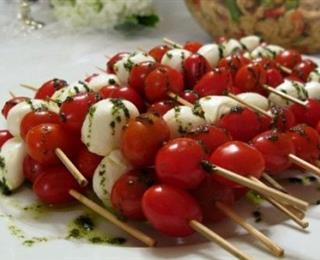 أسياخ الموزاريلا مع الطماطم