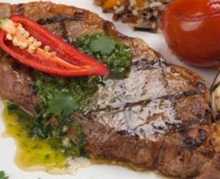 شرائح اللحم مع صلصة الأعشاب
