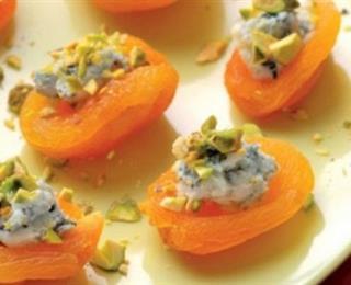 حبات المشمش بالجبن الأزرق