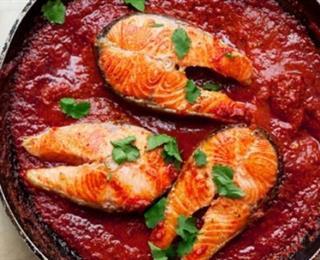 سمك السلمون مع صلصة الطماطم