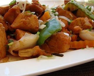 طبق الدجاج بالفلفل الرومي والبصل