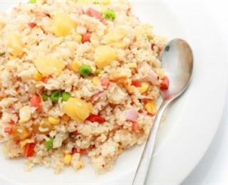 الدجاج مع سلطة الأناناس والأرز الأسمر