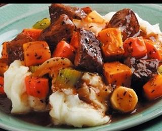 مكعبات اللحم بصوص الكريمة والخضراوات