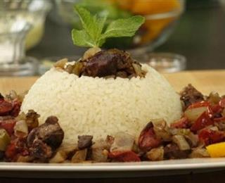 طاجن لحم بالبصل والأرز الأبيض