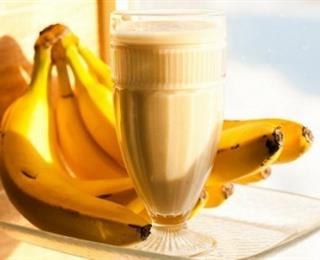 عصير الموز بالحليب والعسل